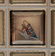 I vissa glasblock har man byggt in en sko