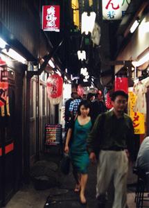 En av Shinjukus alla små gator med mysiga barer och restauranger