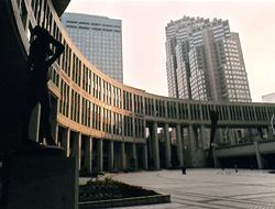 I Nishi-Shinjuku ligger skyskrapor och pampiga byggnadskomplex
