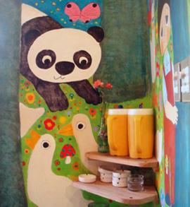 Väggarna är handmålade i en naivistisk stil