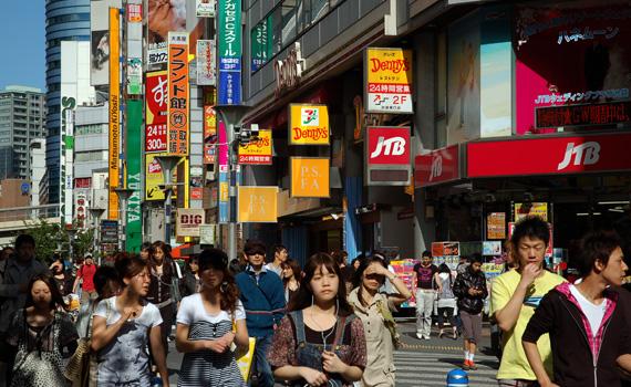 Stora shoppinggatan i Ikebukuro